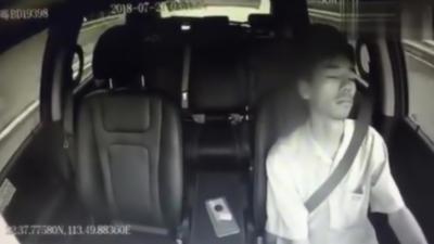 Un homme s'endort au volant de sa voiture alors qu'il est en train de rouler