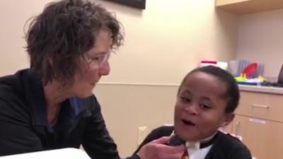 Un enfant parle pour la première fois grâce à un électrolarynx