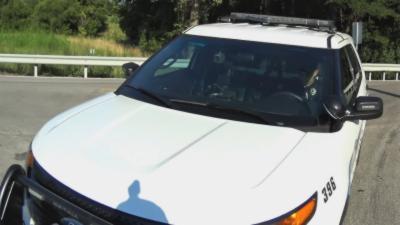 Un policier regarde son téléphone en conduisant et percute un cycliste