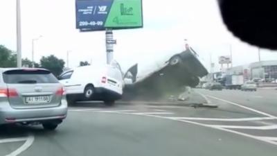Un chauffard en camionnette change de voie comme un porc et provoque un accident