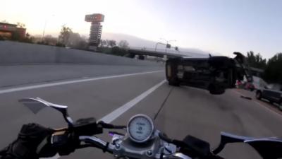 Une moto percute violemment un SUV lors d'un accident