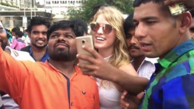 Une femme est assaillie de demandes de selfie parce qu'elle est blonde