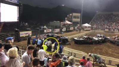 Un bloc de béton tombe sur les jambes d'un homme pendant un demolition derby