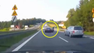 Une voiture percute violemment un motard qui double à toute vitesse par la voie du milieu