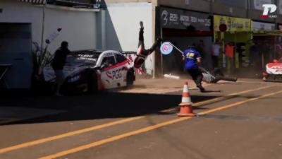 Une voiture de Stock Car percute violemment des mécaniciens dans les stands