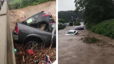Des grosses inondations emportent des voitures dans une rivière