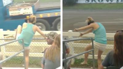 Une femme en transe devant du tracteur pulling