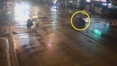Un homme en scooter rentre dans une barrière à toute vitesse