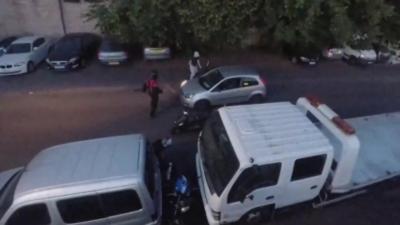 Un passant malmène des voleurs de moto en les percutant violemment avec sa voiture