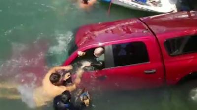 Une famille est secouru alors qu'elle coulait avec sa voiture dans le port