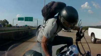 Un motard percute une voiture de plein fouet