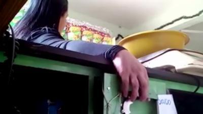 Une voleuse se prend une tapette à souris en essayant de prendre dans la caisse