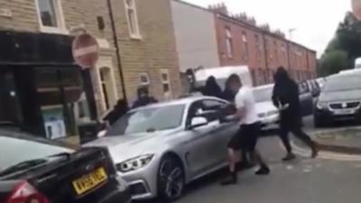 5 hommes attaquent une BMW à coup de batte de Baseball