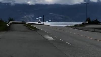 Un avion s'écrase contre une rambarde de sécurité en voulant atterrir sur la route