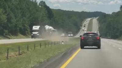 Un camion traverse le terre-plein central et percute violemment un autre camion