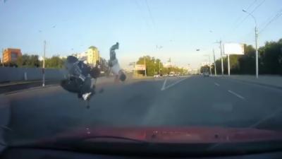 Un motard survit à un horrible crash avec une voiture