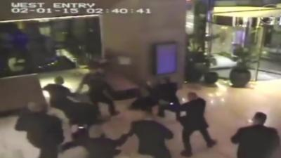 Un combattant de MMA se bat contre 12 vigiles d'un casino