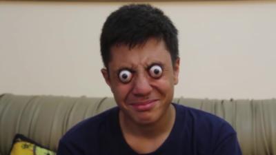 Un adolescent de 16 ans qui arrive à faire sortir ses yeux de ses orbites pendant plus d'une minute