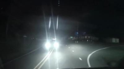 Un homme ivre rate son virage et percute violemment une voiture avant de continuer sa route