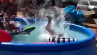 Il s'amuse à sauter dans les piscines de campeurs et se fait tacler par un des propriétaires