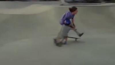 Un skateur percute violemment un enfant en trottinette dans un skatepark