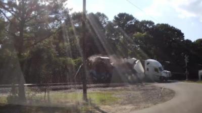 Un camion se fait découper en deux par un train