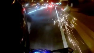 Plusieurs motards tombent sur la route pendant un rassemblement