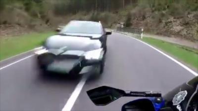 Une voiture prend son virage trop large et percute un motard