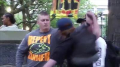 Un prêcheur de rue attrape un coup de poing qu'un jeune essaye de donner