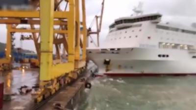 Un ferry percute une grue et provoque un incendie