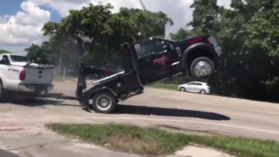 Un automobiliste force pour récupérer sa voiture emportée par une remorqueuse