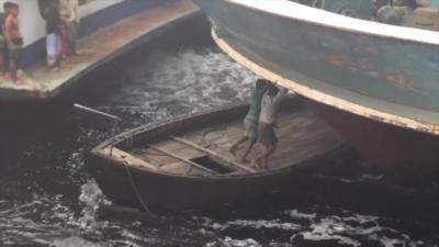 Une navigation mouvementée et dangereuse entre petits et gros bateaux au Bangladesh