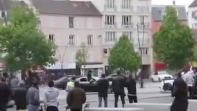 Ils font des gros drifts devant la mairie de Saint-Denis pour célébrer un mariage
