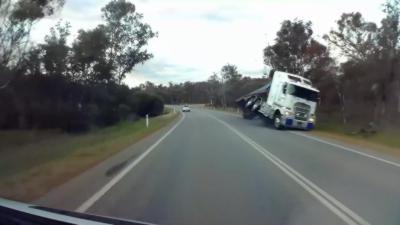 Un poids lourd se renverse sur la route parce qu'il roule trop vite dans un virage