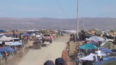 Un 4x4 roule à contresens pendant un rallye et croise un participant