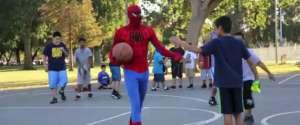 Spiderman met la misère à tout le monde en un contre un au basket