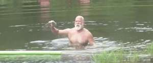 Pêcher un poisson avec les mains comme un boss