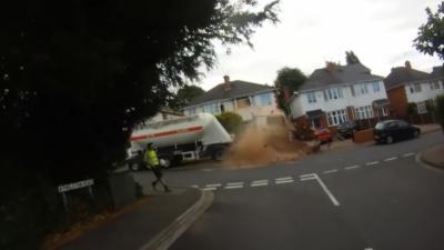 Un camion-citerne sans chauffeur fait un carnage dans une rue