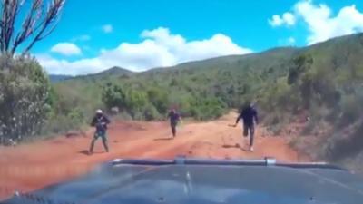Un couple tombe sur trois hommes armés de machettes sur une route au Kenya