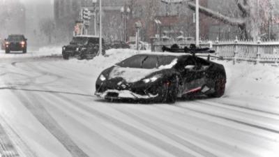 Faire du snowboard tracté par une Lamborghini Huracan
