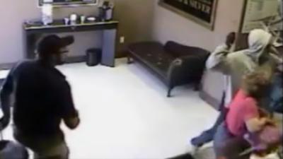 Un braqueur assommé à coup de batte de baseball par le gérant du magasin