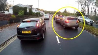 Un automobiliste dit qu'il arrive à écrire un SMS en conduisant et tape dans une autre voiture