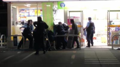 La police charge un voleur armé d'un couteau