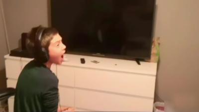 Des parents éteignent la télé de leur enfant pendant qu'il joue à Fortnite Battle Royale