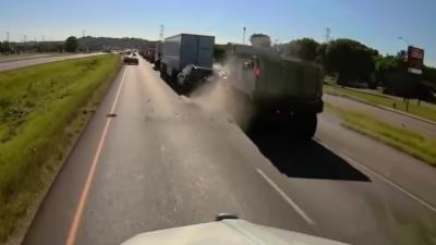 Un camion ne remarque pas un ralentissement et embouti 3 véhicules par l'arrière