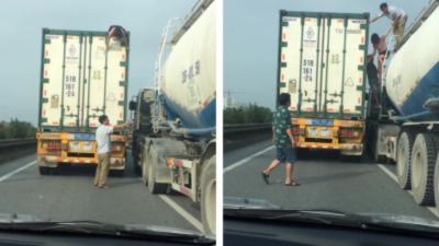 Une femme se cache sur le toit d'un camion qui roule sur une autoroute