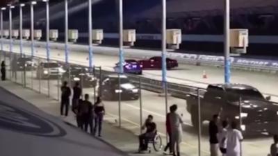 Un pilote perd le contrôle de sa voiture et s'explose contre les barrières de sécurité