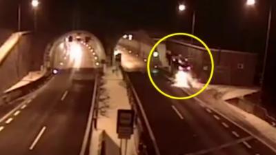 Une voiture s'envole littéralement à l'entrée d'un tunnel
