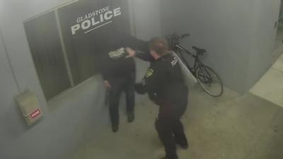Un homme tente de voler un vélo juste devant un commissariat de police