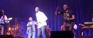 Omar Sy invité surprise met le feu sur scène pendant le concert d'Earth Wind & Fire